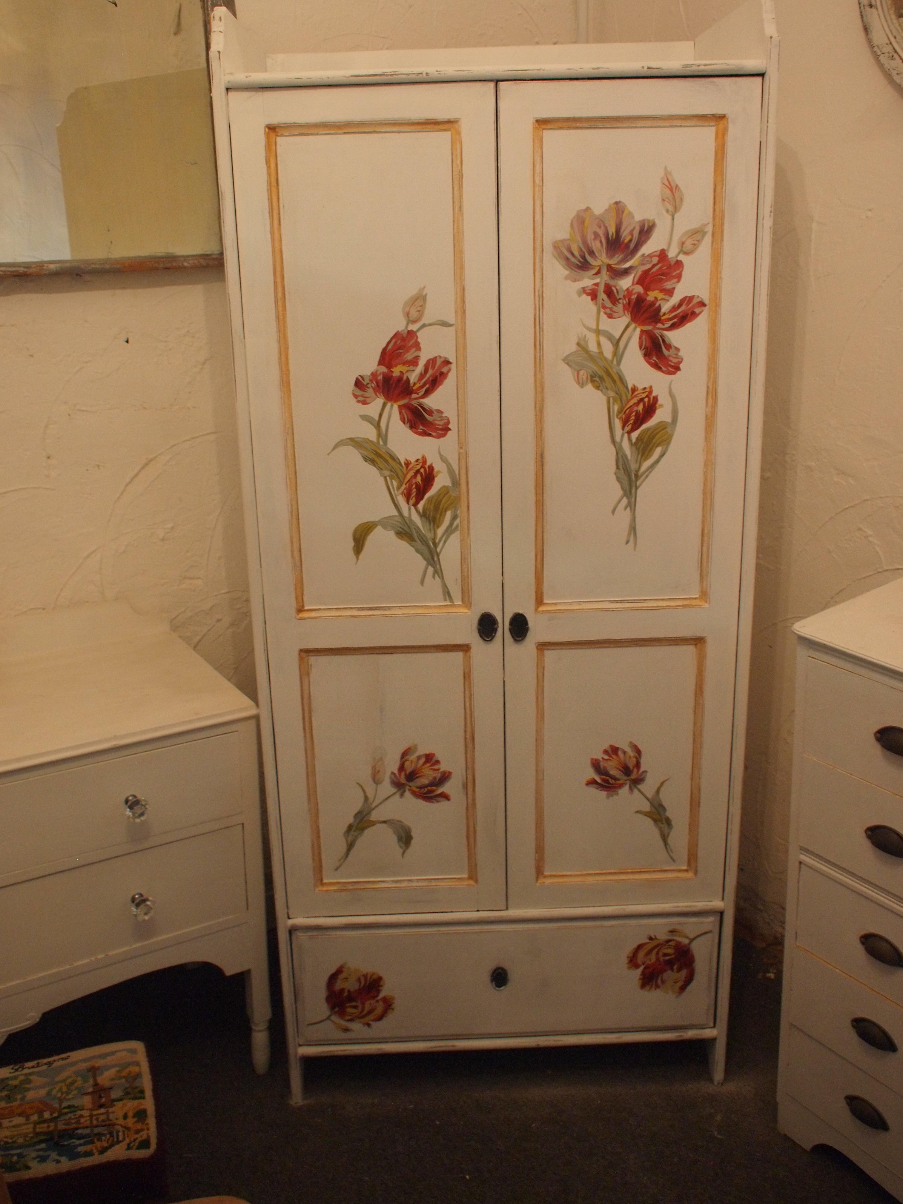 Декор шкафа росписью