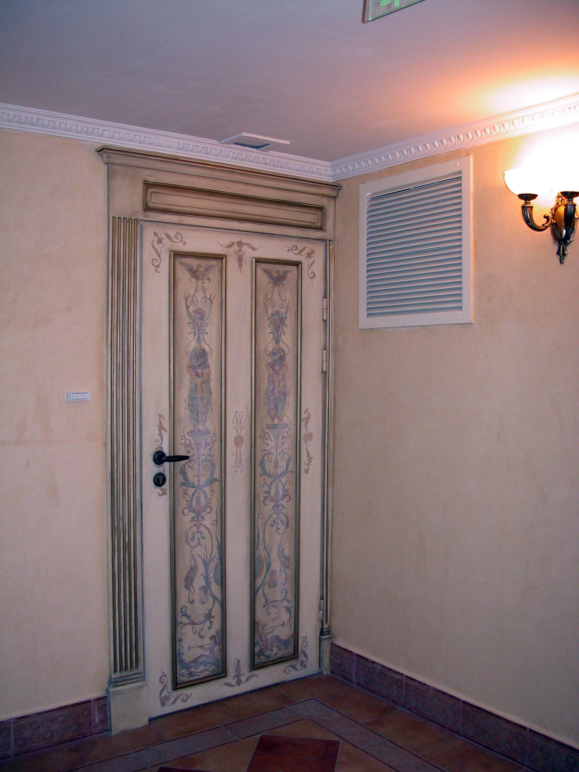 Декор двери росписью