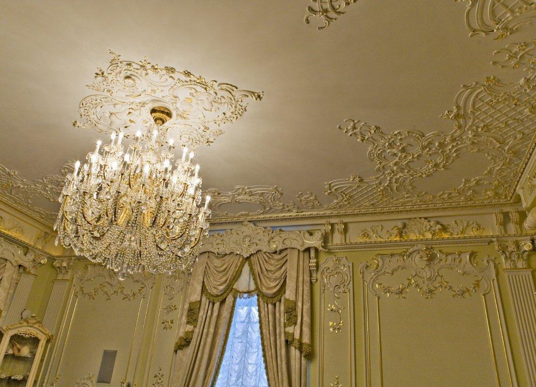Декоративная розетка на потолке