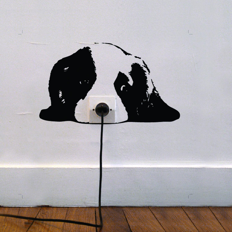 Рисунок на стене вокруг розетки