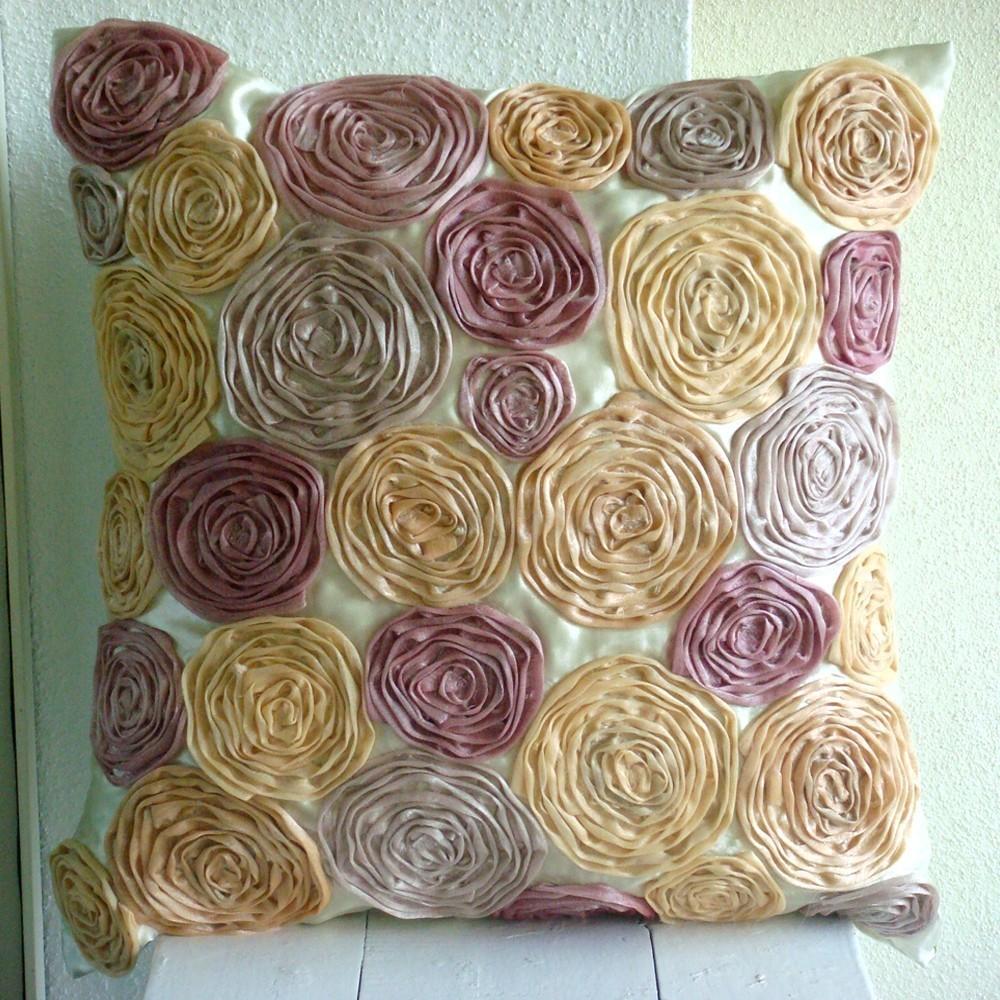 Розы из лент на диванной подушке
