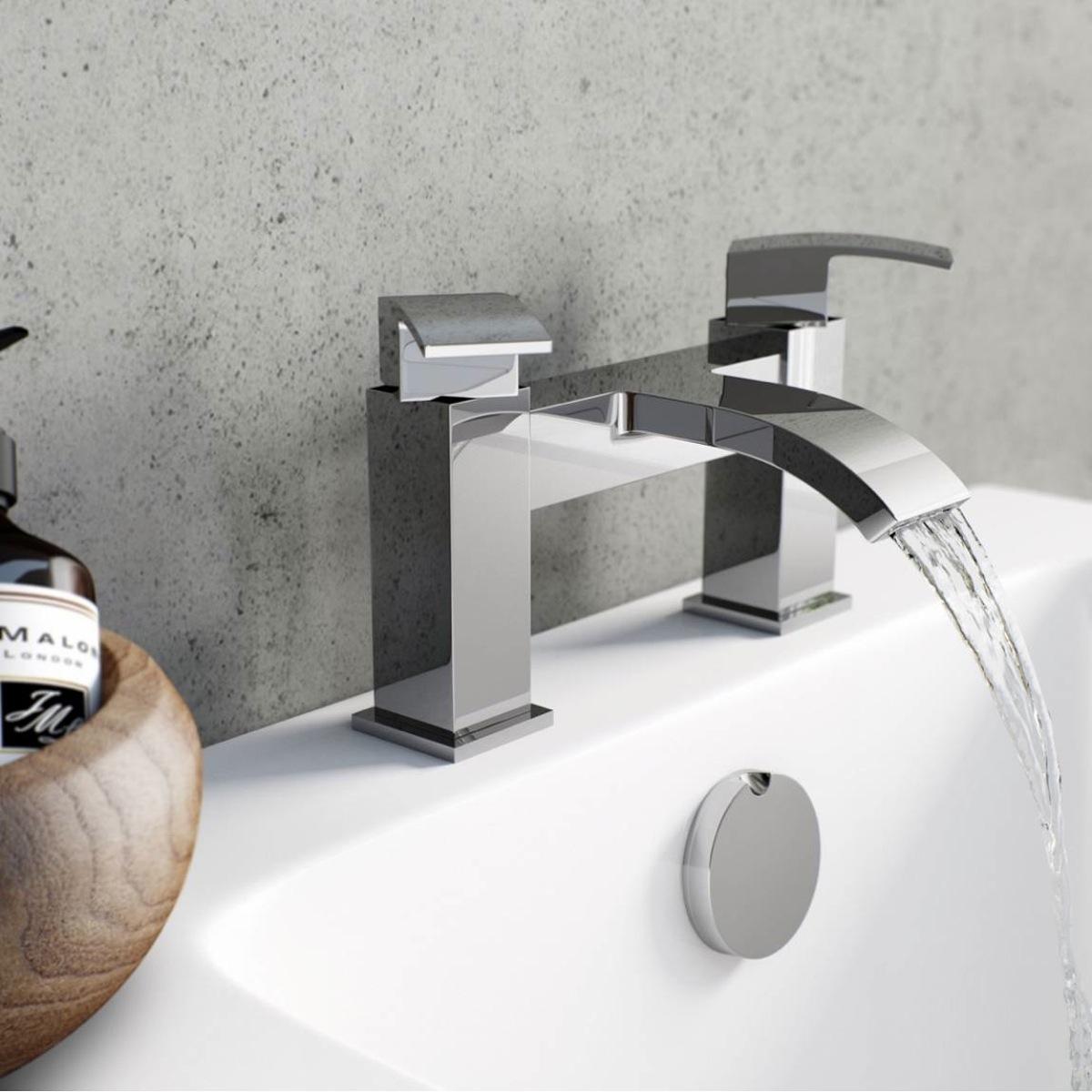 Двурычажный смеситель на борт ванны
