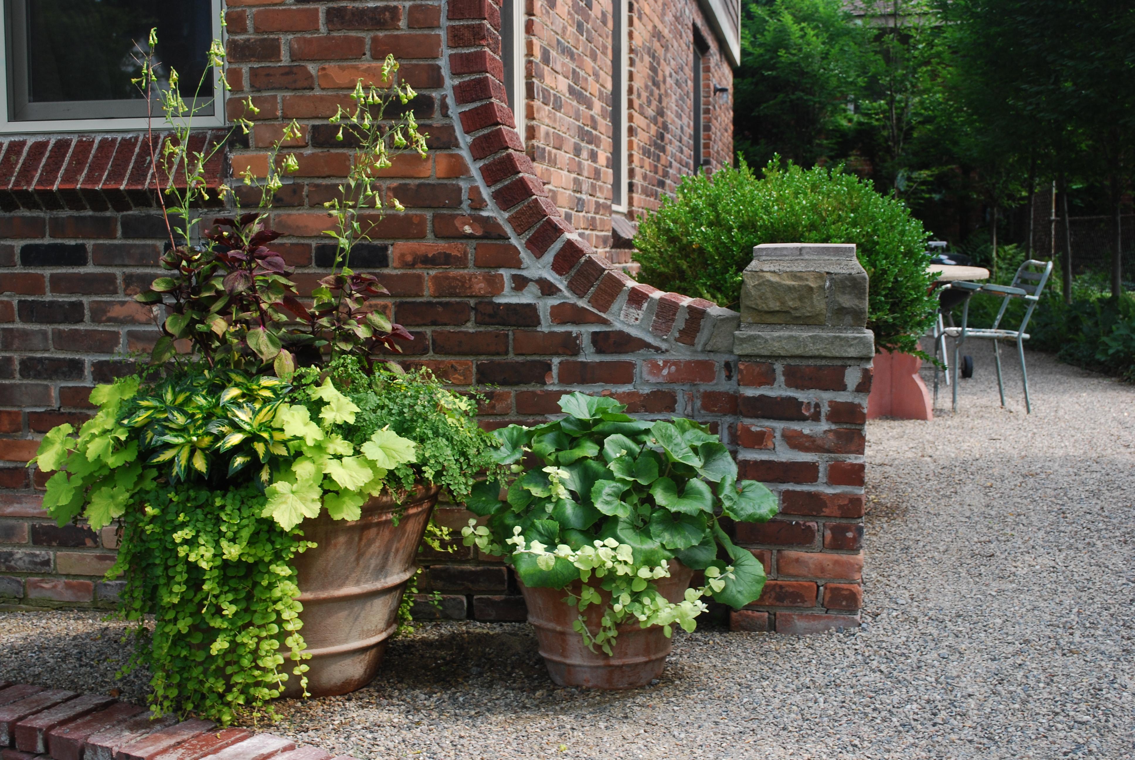 Вазоны для цветов в саду