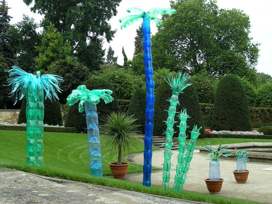 Пальмы из пластиковых бутылок в саду