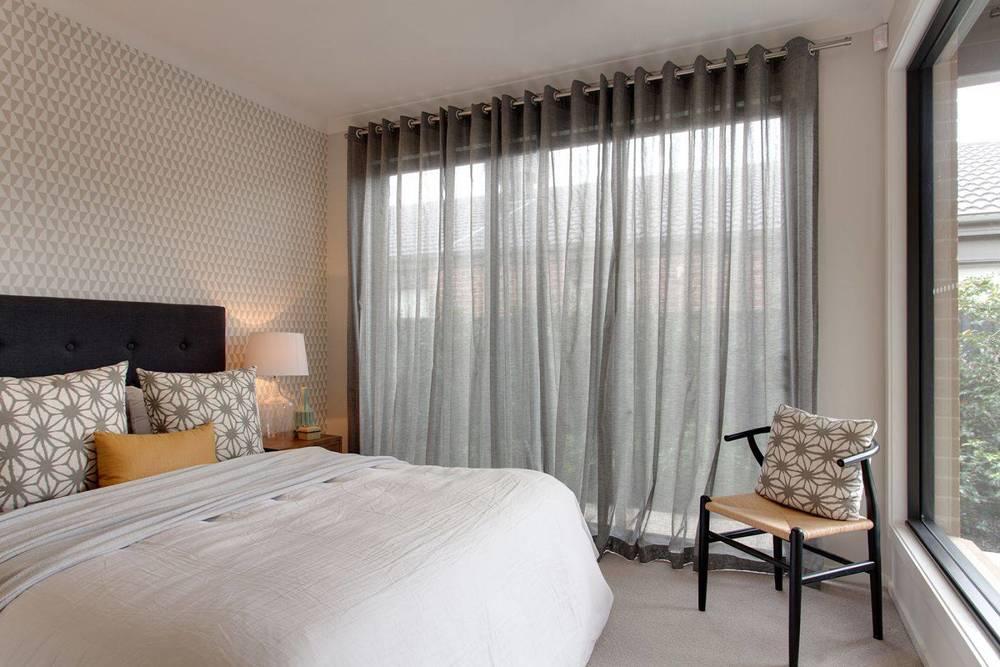 Серый тюль в спальне