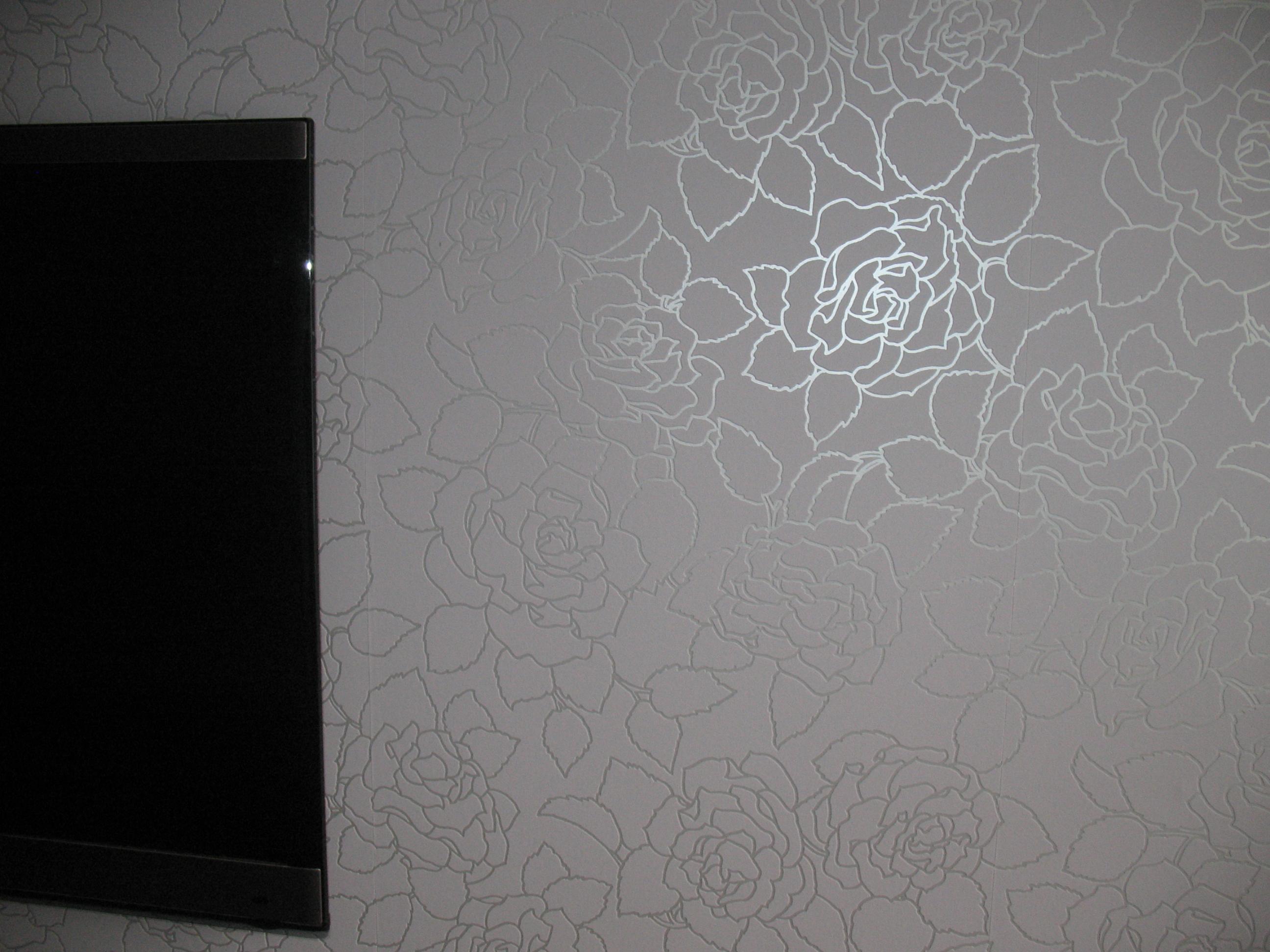 Белые обои с серебряным рисунком в интерьере