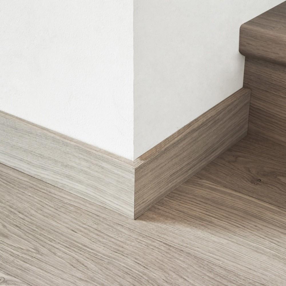Серый деревянный плинтус