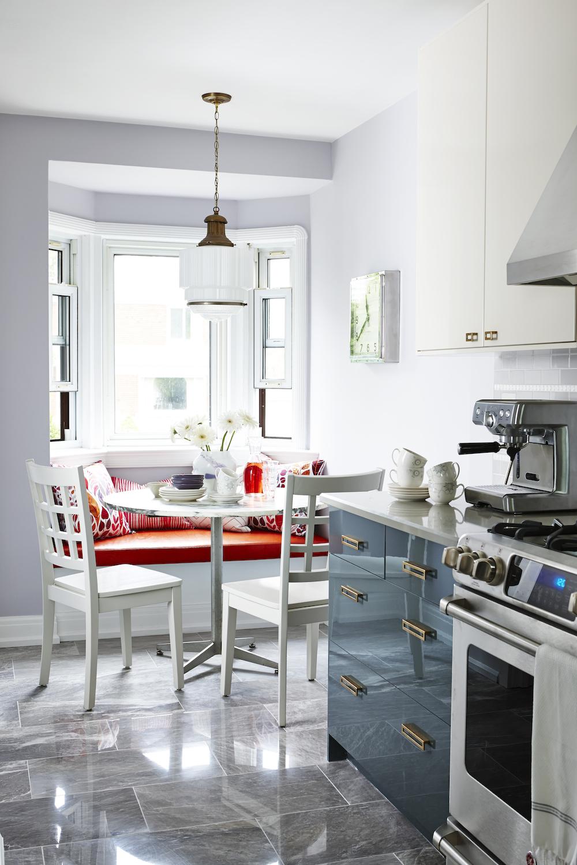 Серая глянцевая плитка на полу кухни