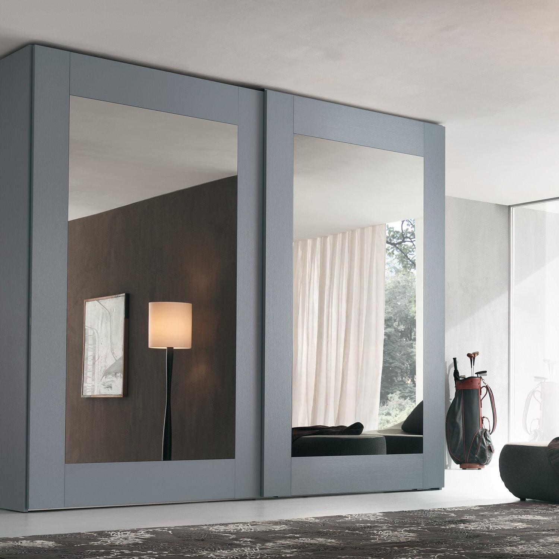 Серый шкаф-купе с зеркалом