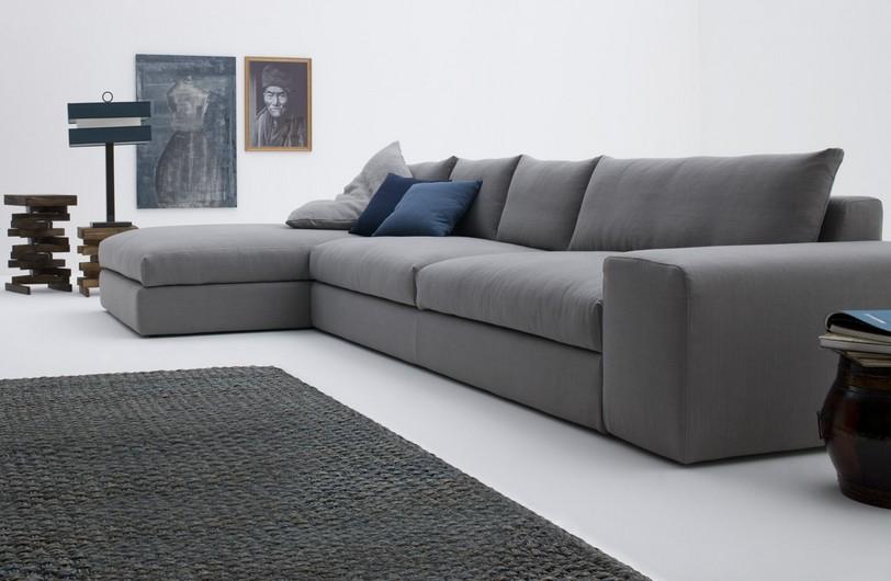 Серый диван хай-тек в интерьере квартиры