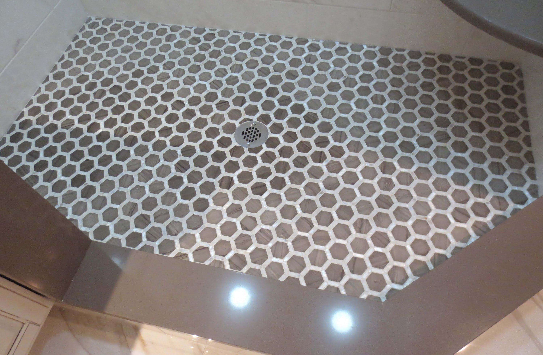 Душевой поддон из шестиугольной плитки