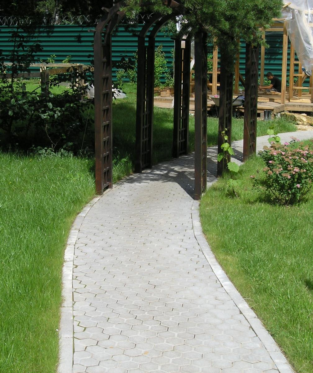 Шестиугольная тротуарная плитка на даче