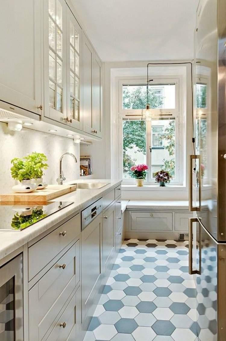 Холодильник под окном с сидением
