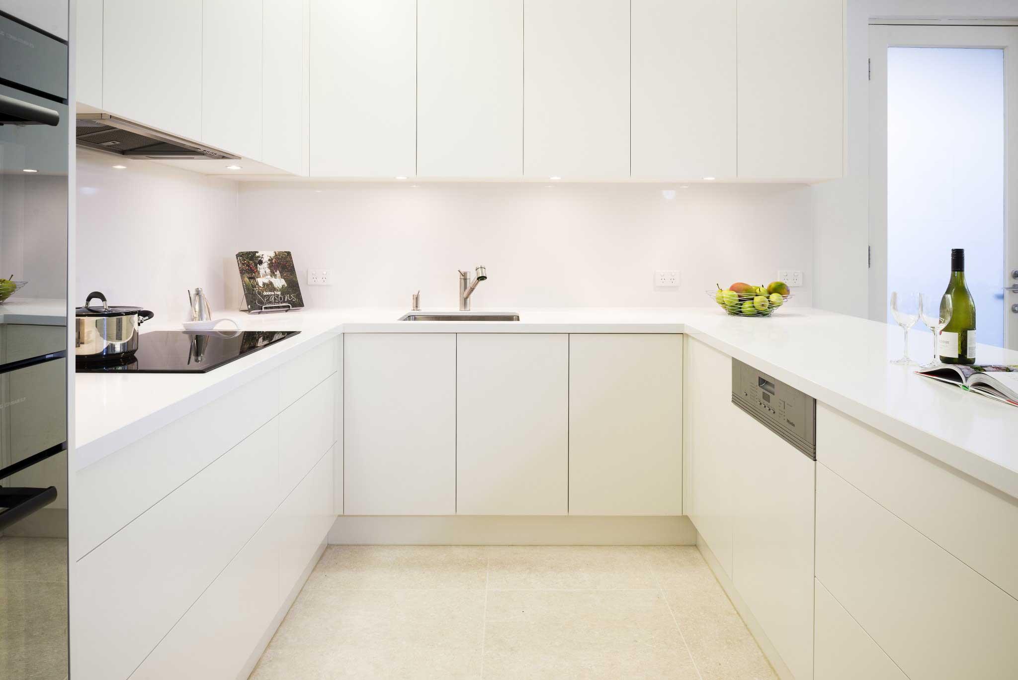 Кухонный гарнитур без ручек в скандинавском стиле