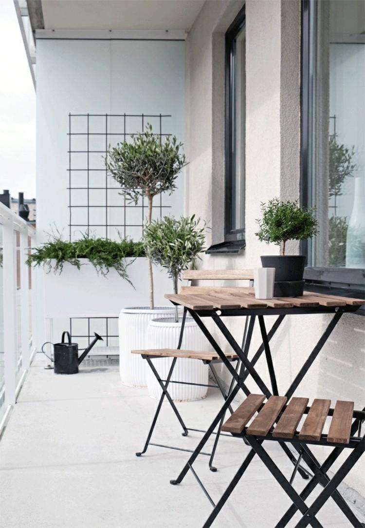 Складная металлическая мебель на балконе