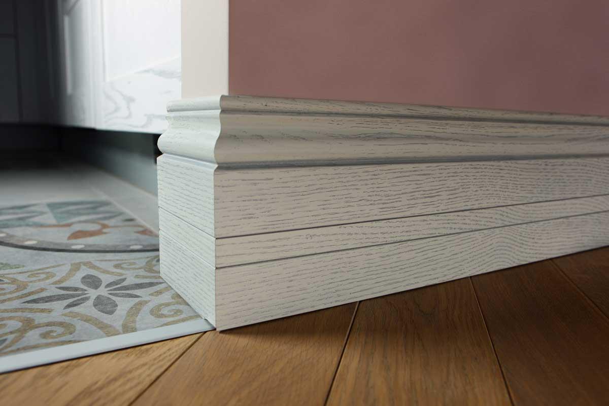 Плинтус деревянный: особенности применения в городской квартире и частном доме (20 фото)