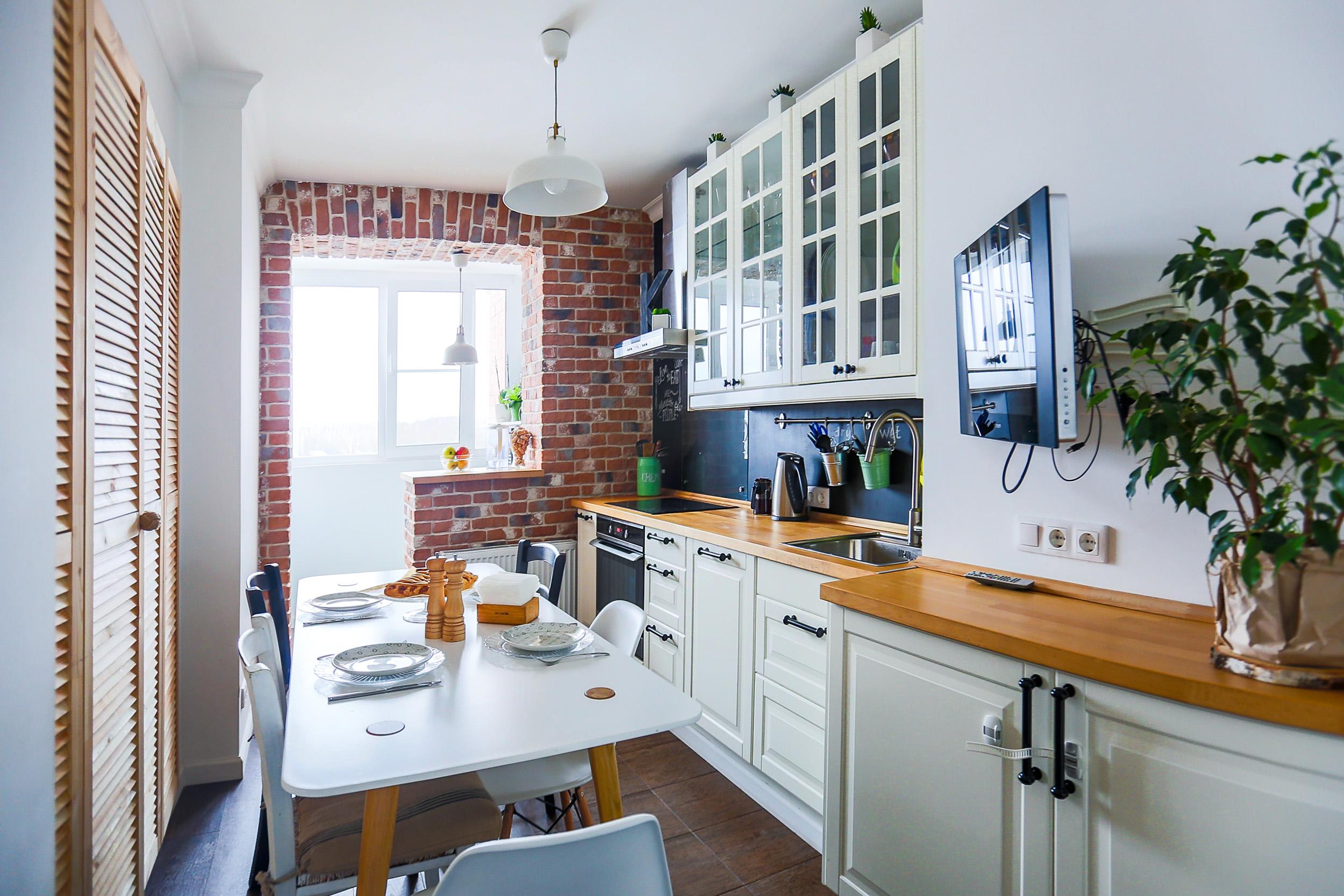 Холодильник под окном на кухне