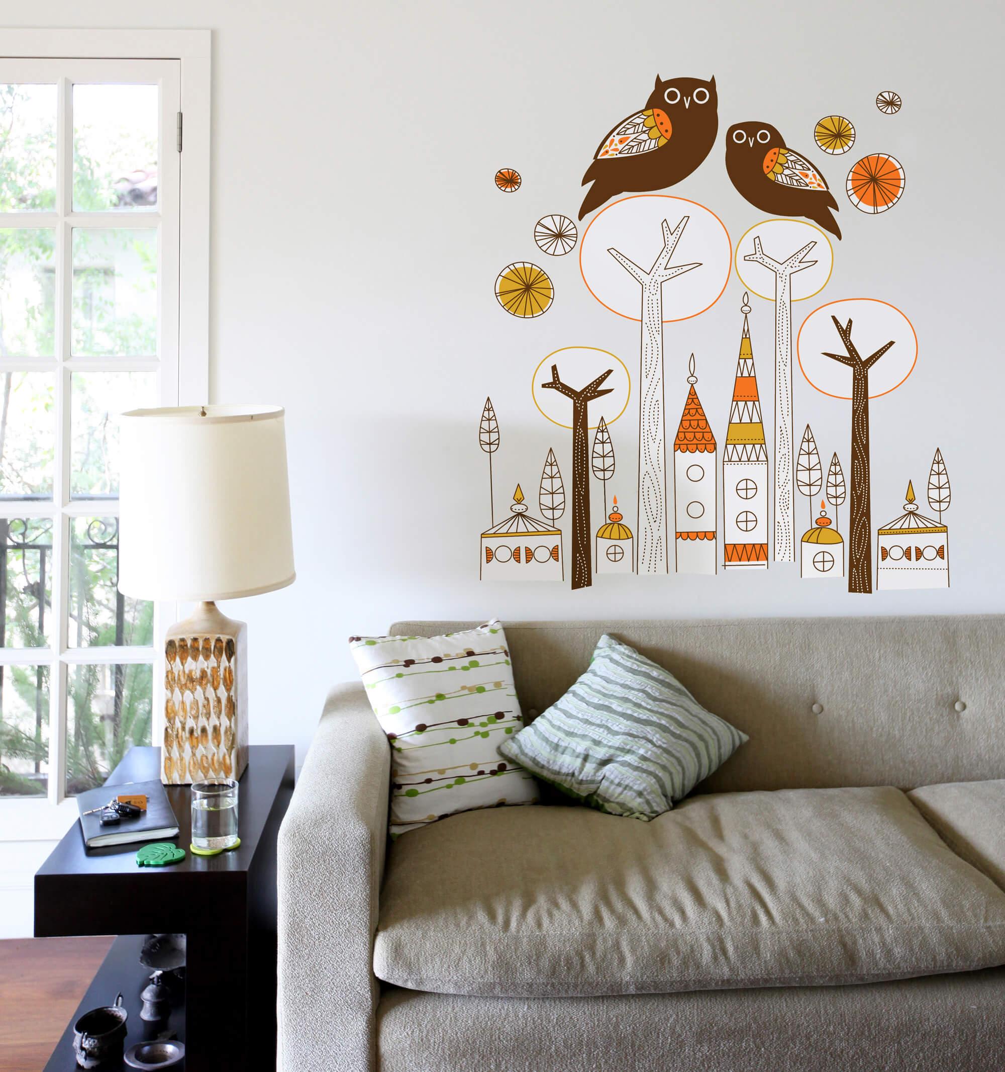 Рисунок сов на стене гостиной