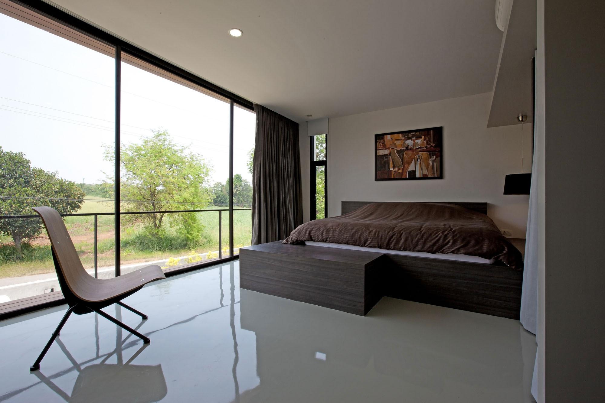 Глянцевый пол в интерьере спальни загородного дома