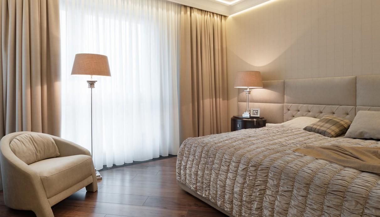 Спальня в светлых тонах в интерьере двухкомнатной квартиры