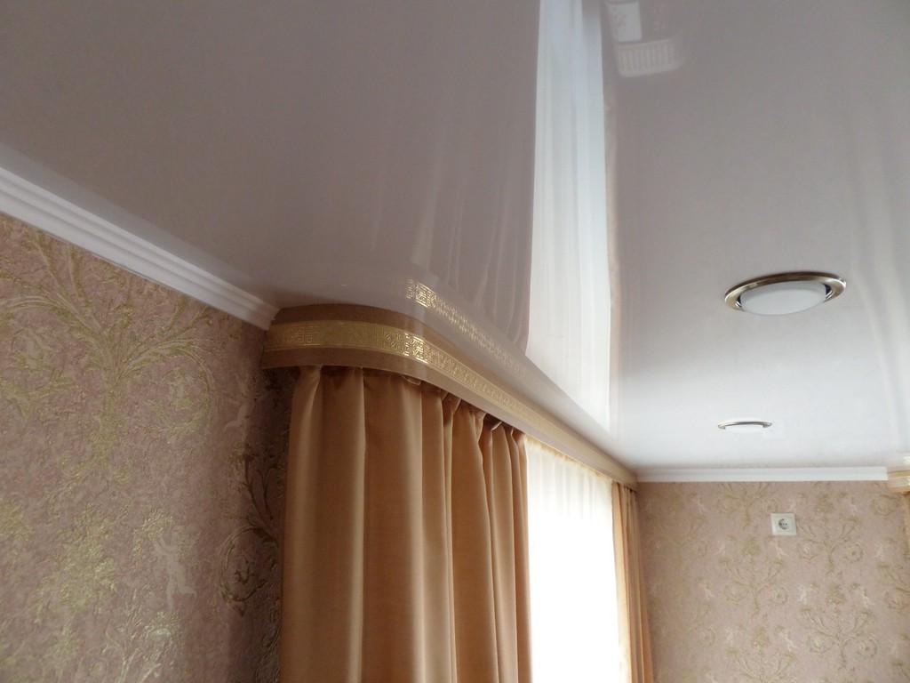 Потолочная шина для штор в спальне
