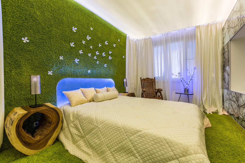 Зеленый газон в спальне