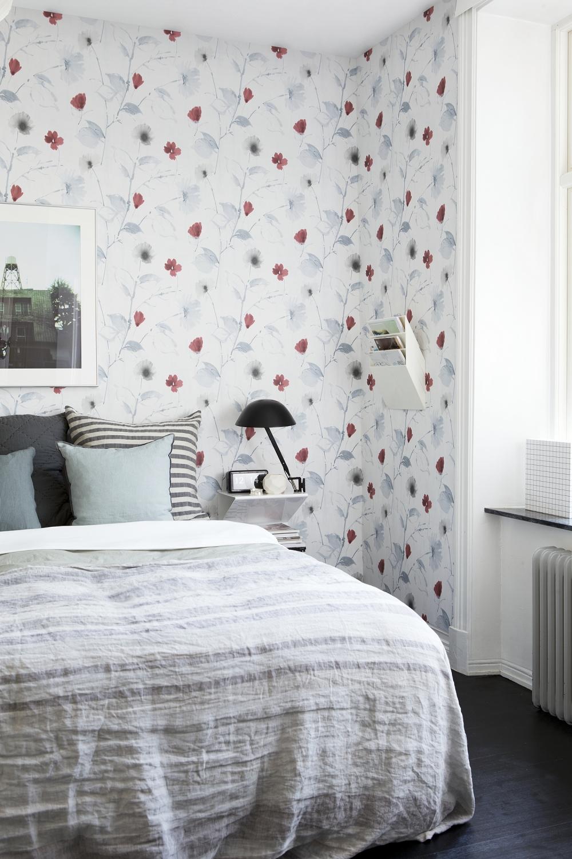 Белые обои с цветочным рисунком в спальне