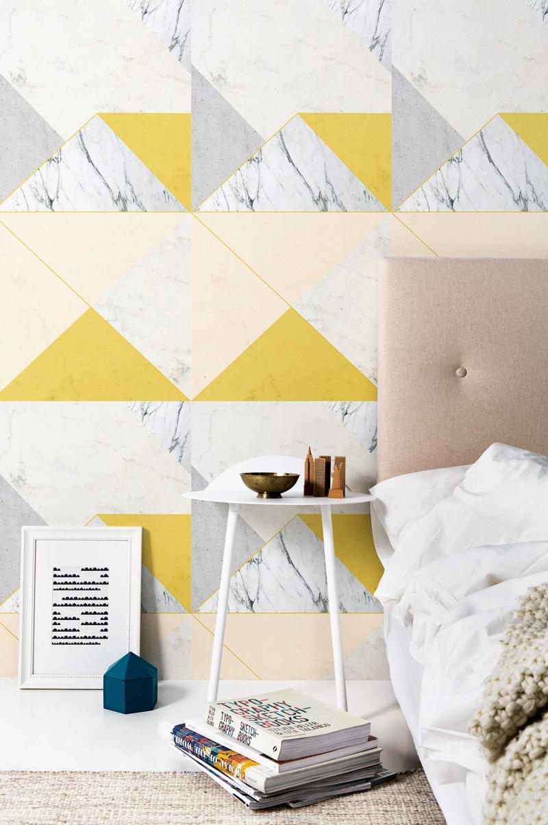 Белые обои с рисунком в спальне