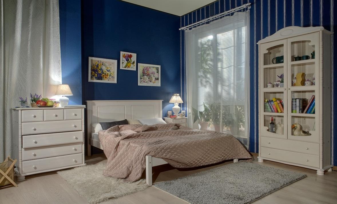 Комод из массива в интерьере спальни