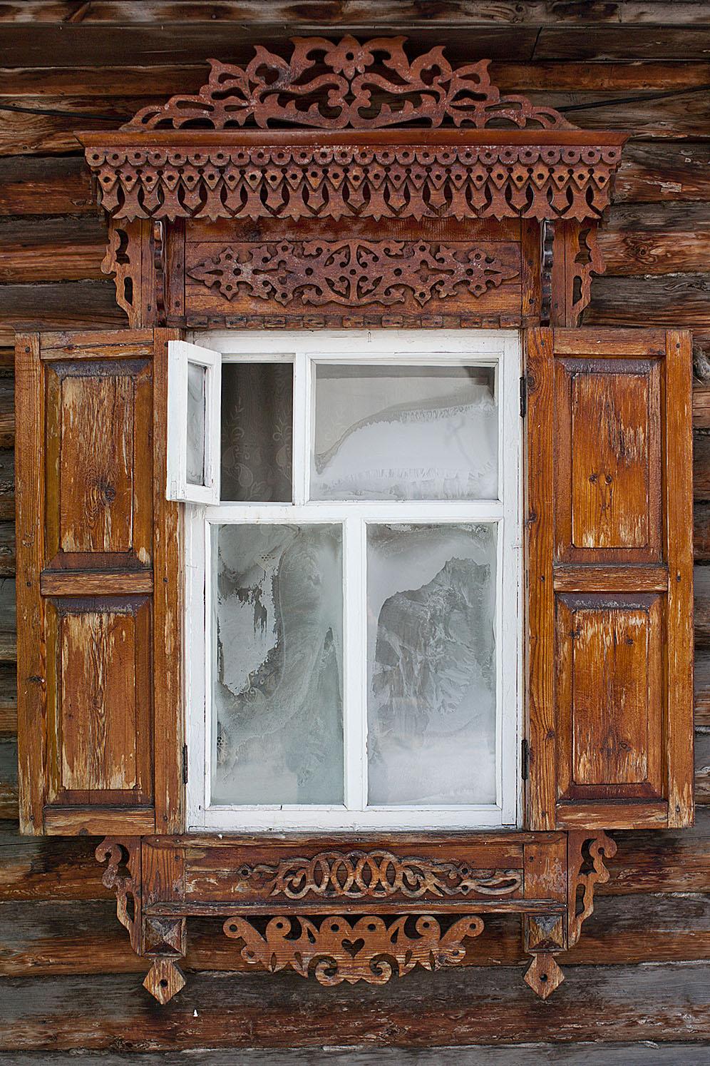 Старинная резьба на окне