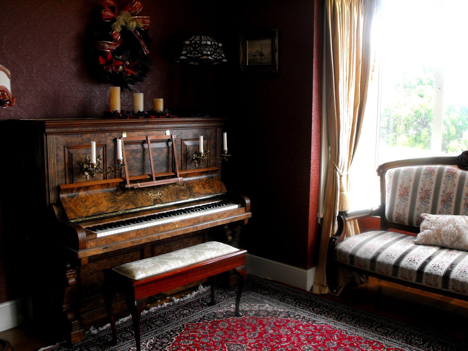 Старинное пианино в интерьере