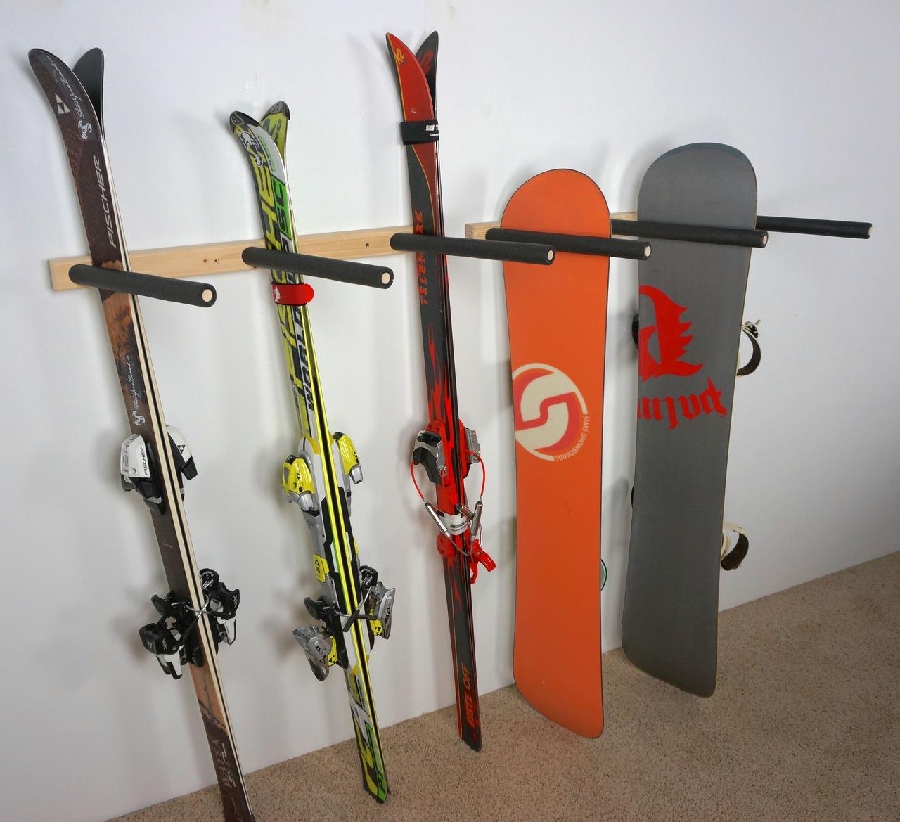 Хранение лыж у стены