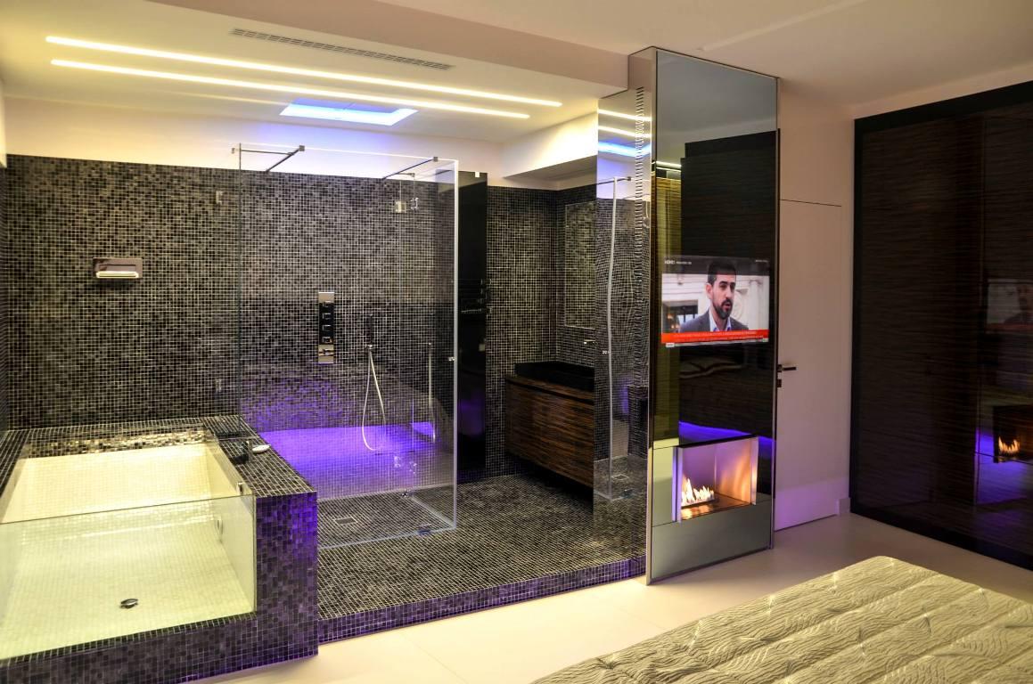 Телевизор на стене ванной комнаты