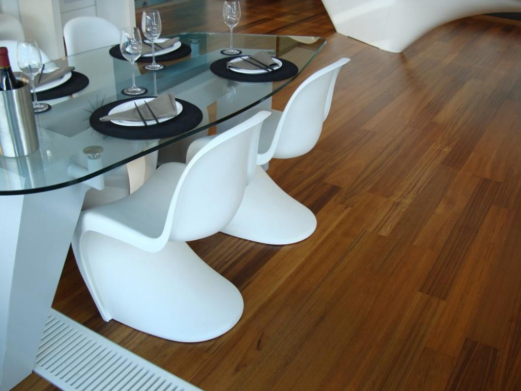 Водостойкий ламинат в столовой