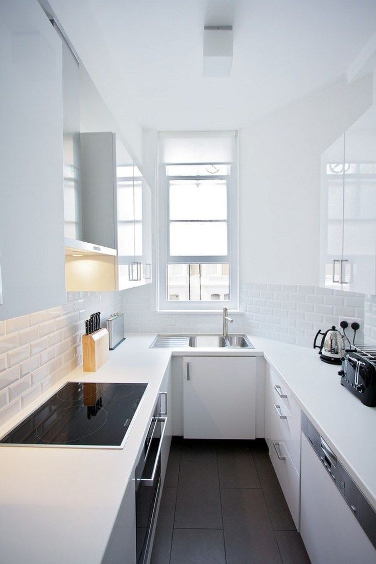 Холодильник под окном со столешницей
