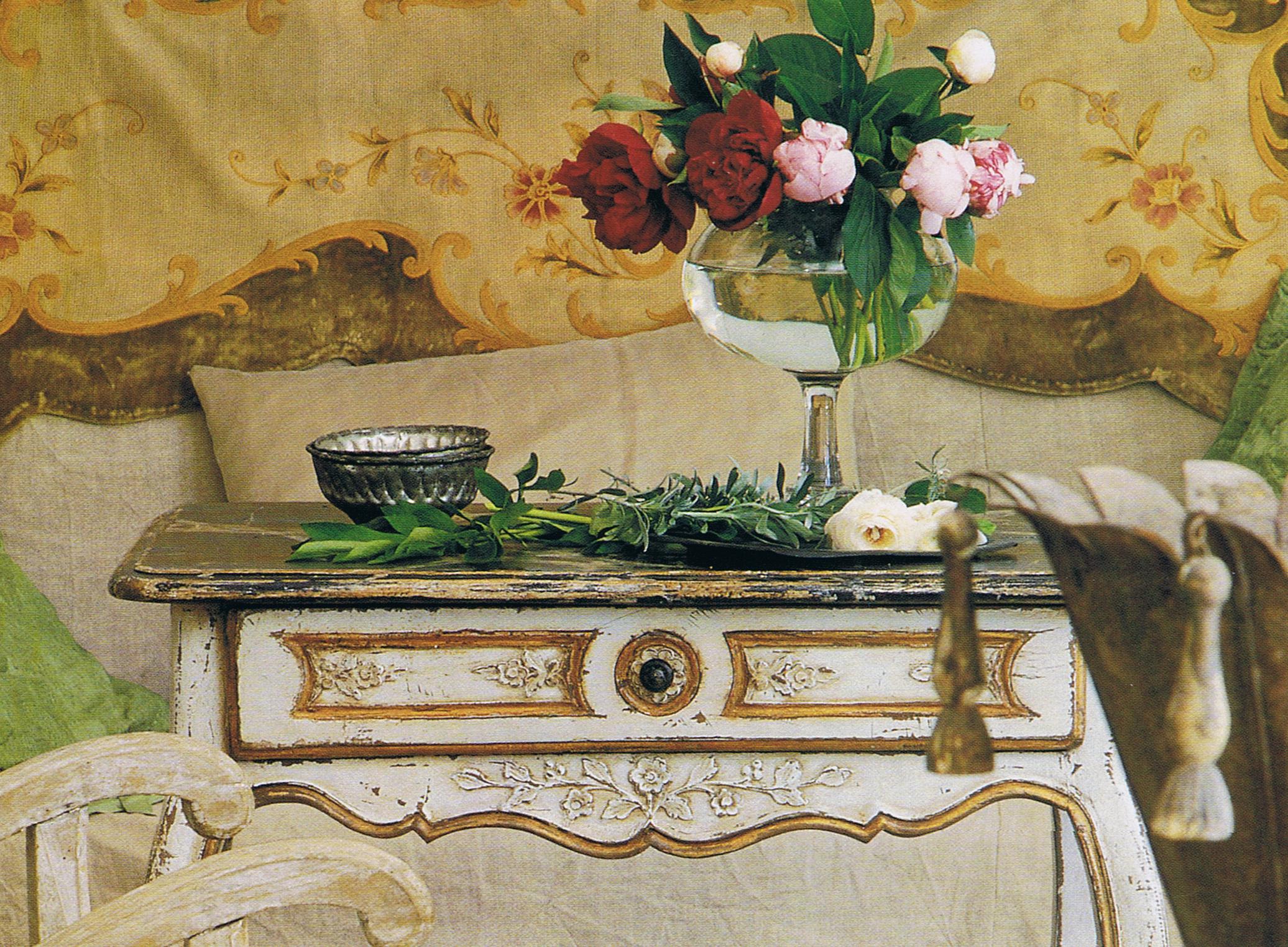 Декоративный столик в стиле прованс