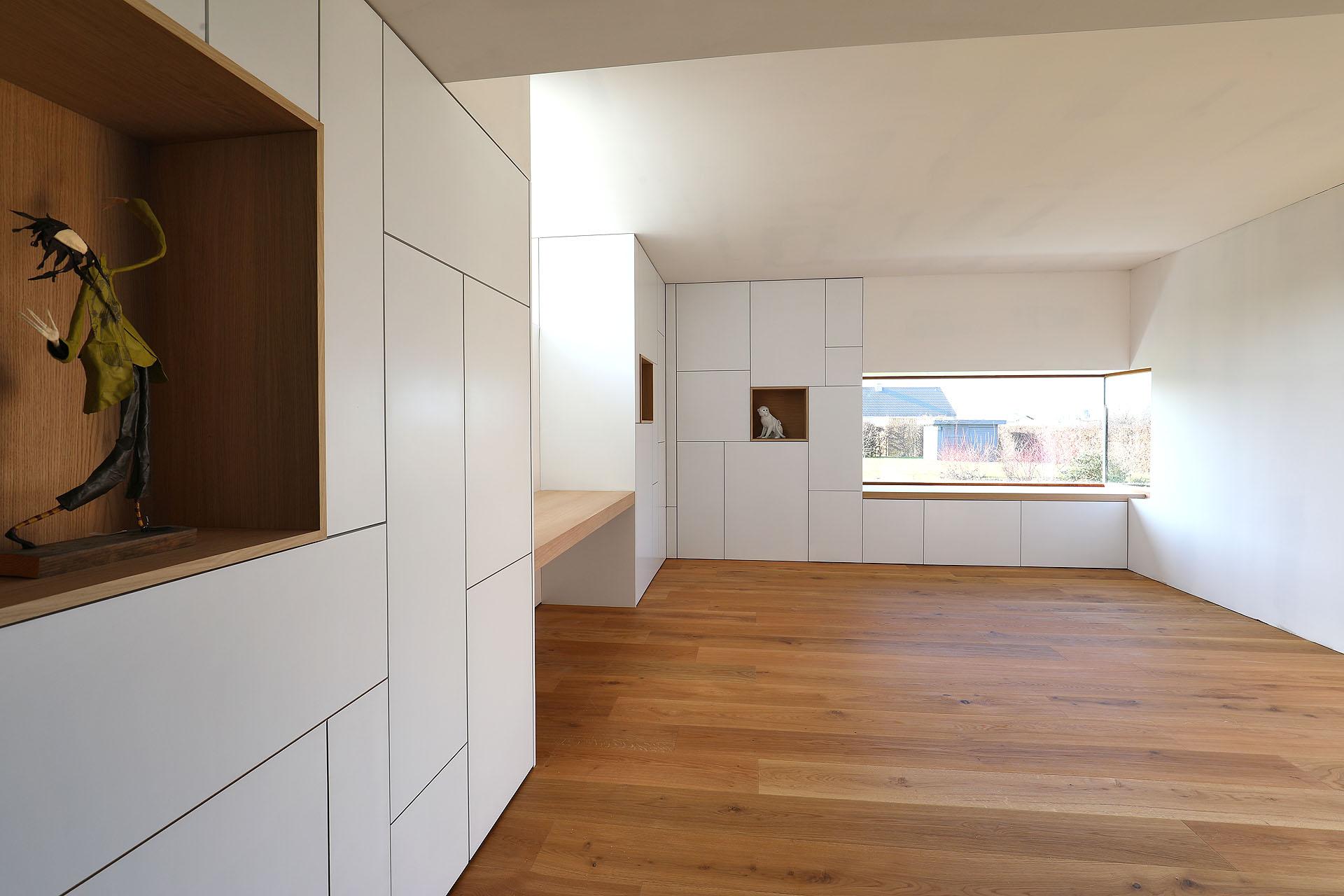 Двери в нишу в квартире студии