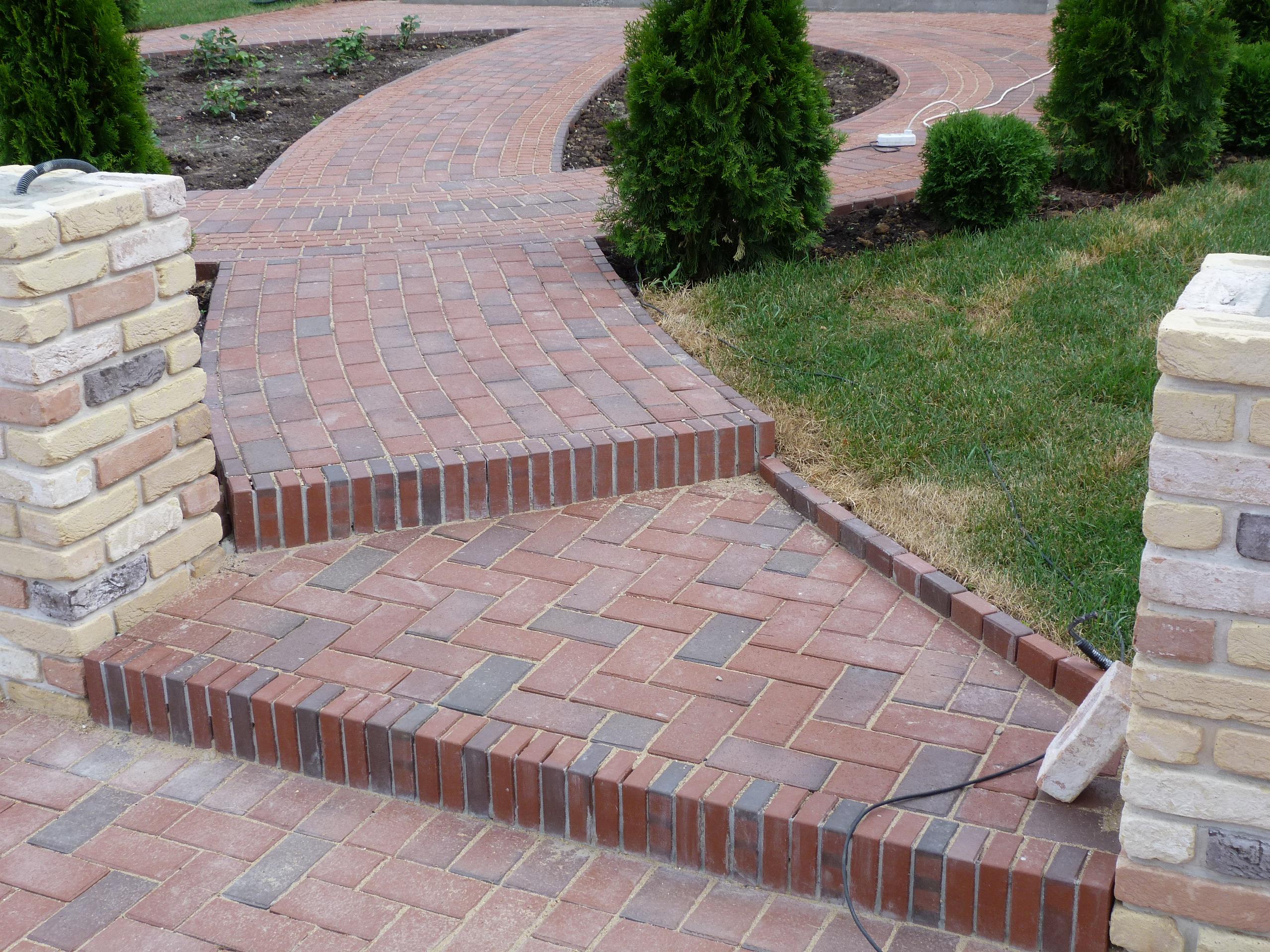 Тротуарная брусчатка на садовых ступеньках