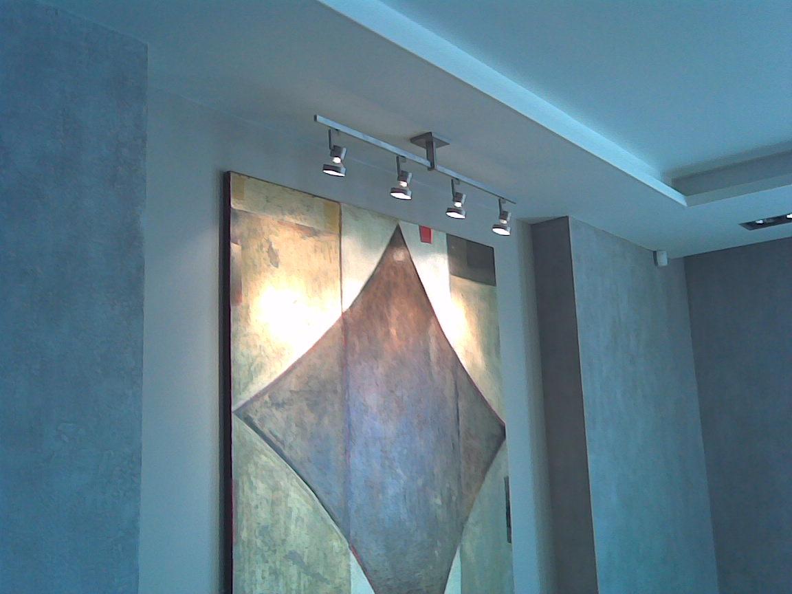 Подсветка картины в гостиной