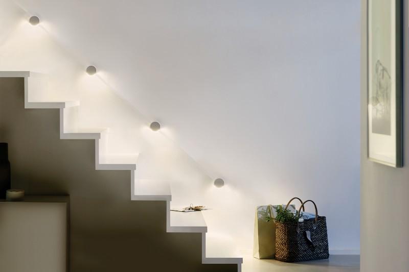 Освещение лестницы светильниками