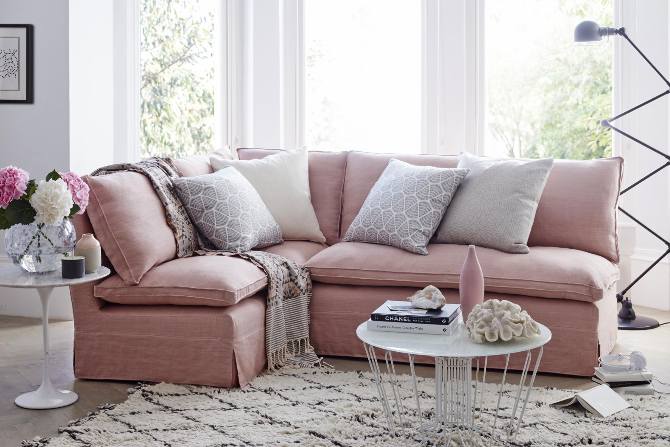 Светлый розовый диван