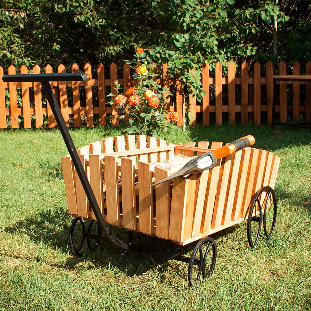 Декоративная телега из металла в саду