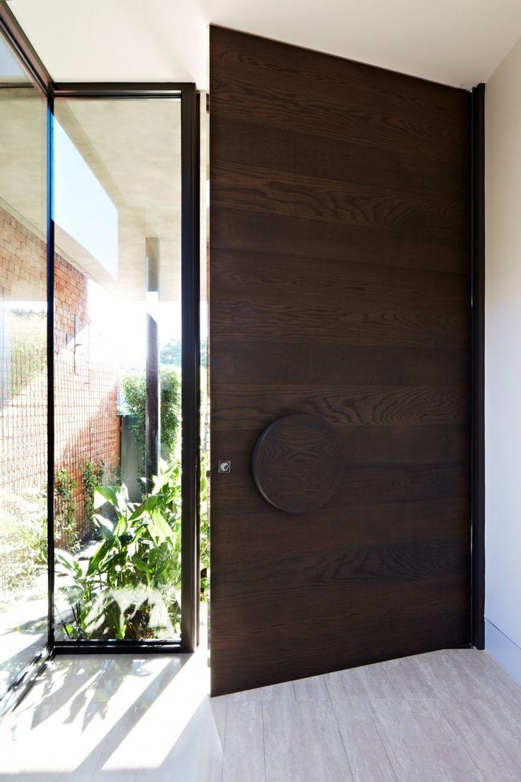 Входная дверь из темного дерева