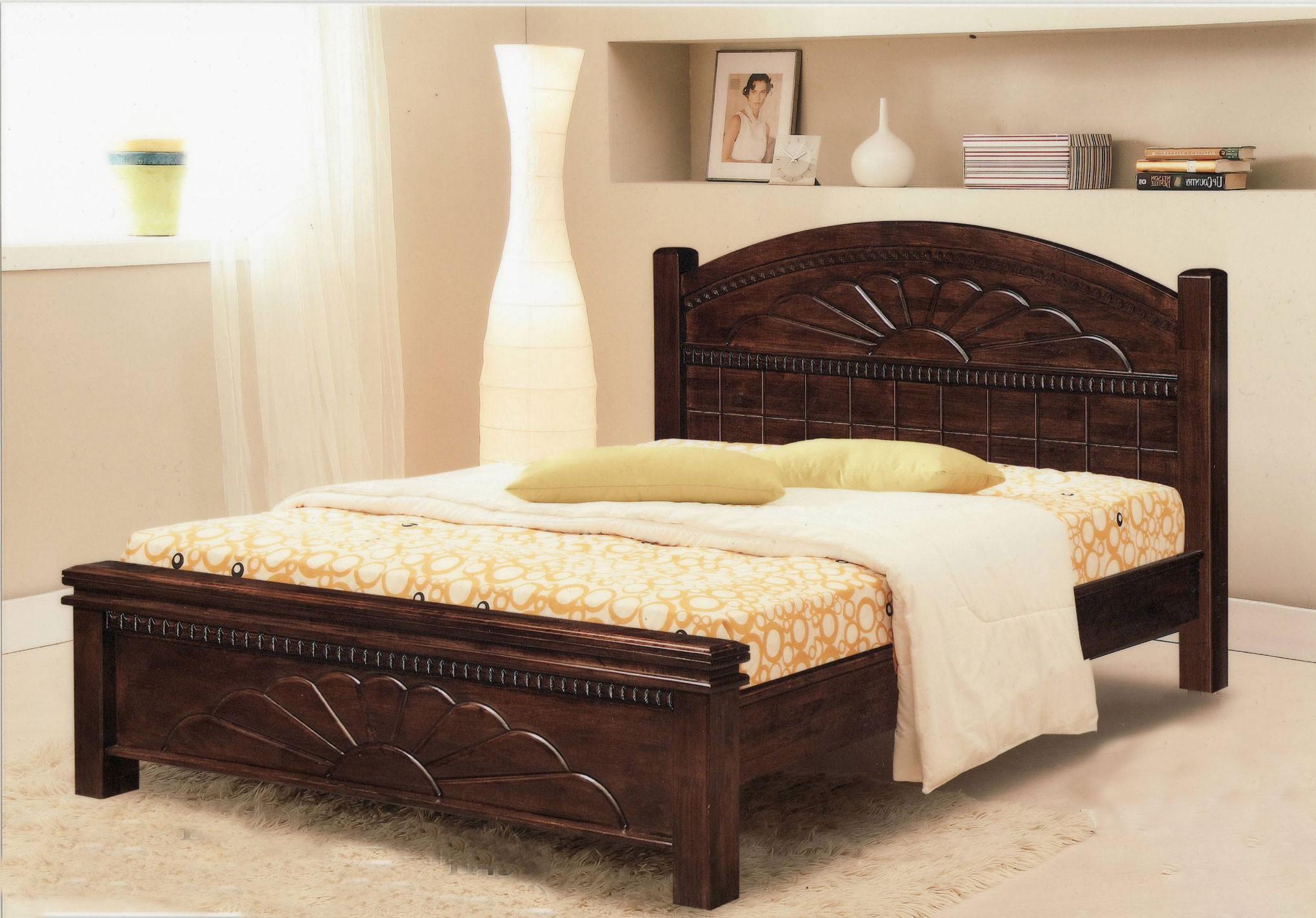 Кровать из темного дерева в интерьере спальни