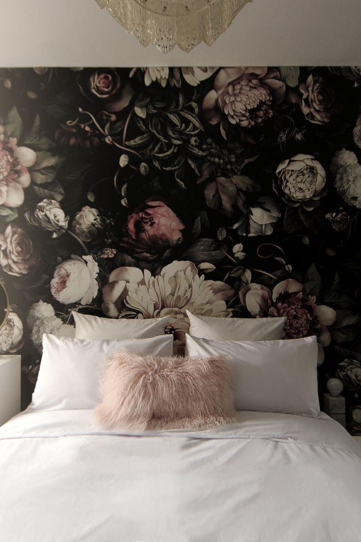 Темные фотообои над кроватью в интерьере спальни