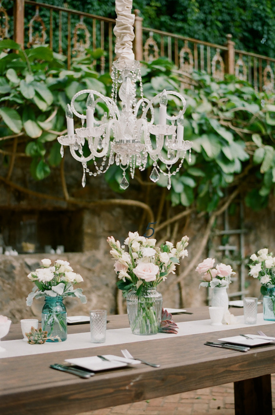 Свадебный декор люстры тканью