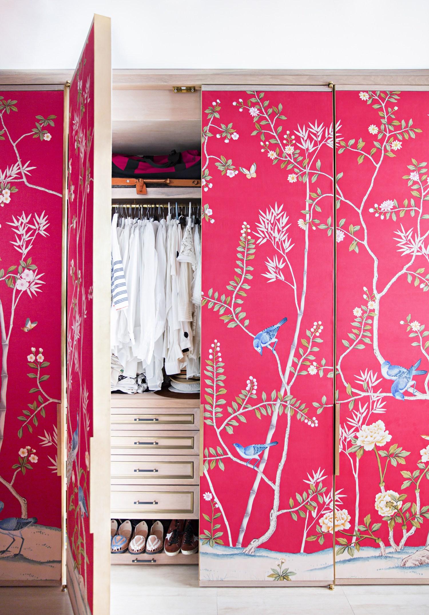 Декор шкафа тканевыми обоями