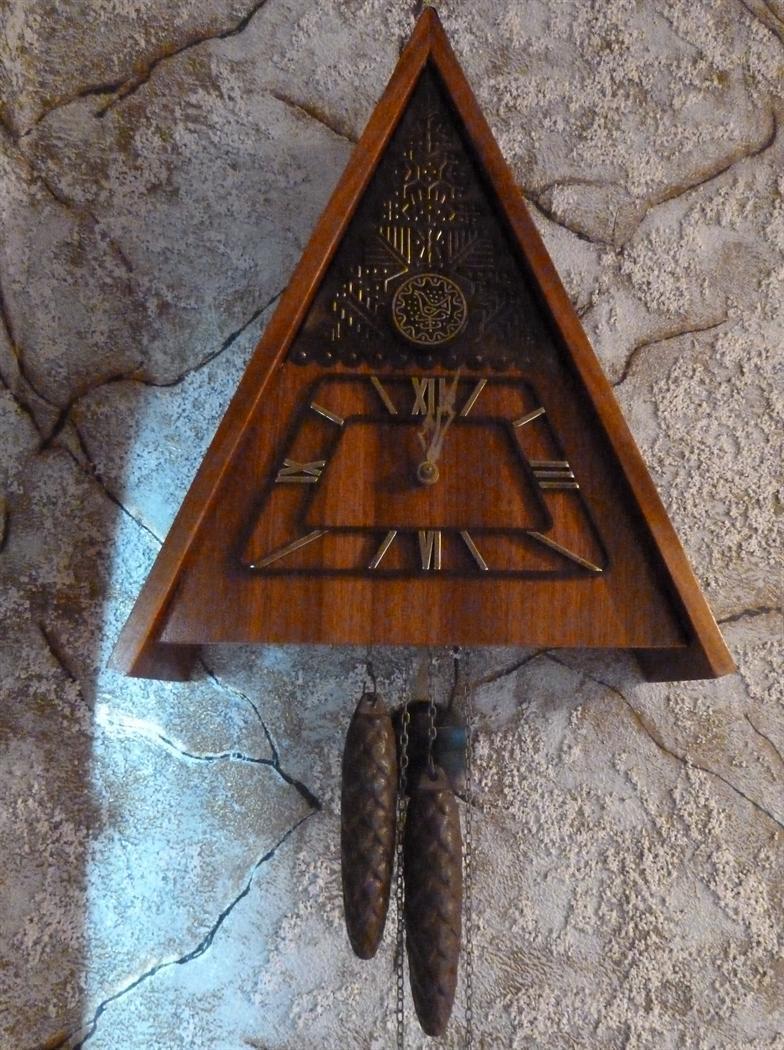 Треугольные часы с кукушкой