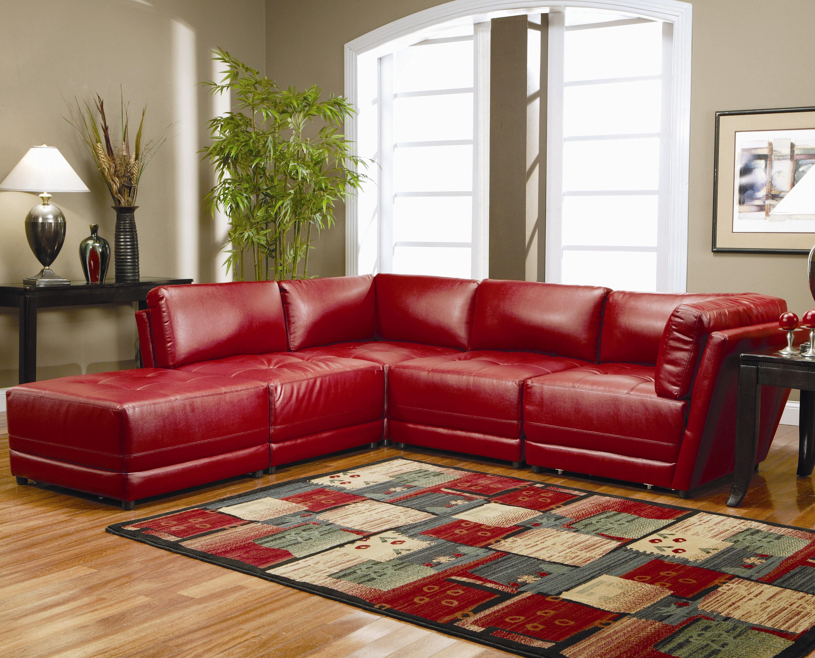 Угловой кожаный диван красного цвета