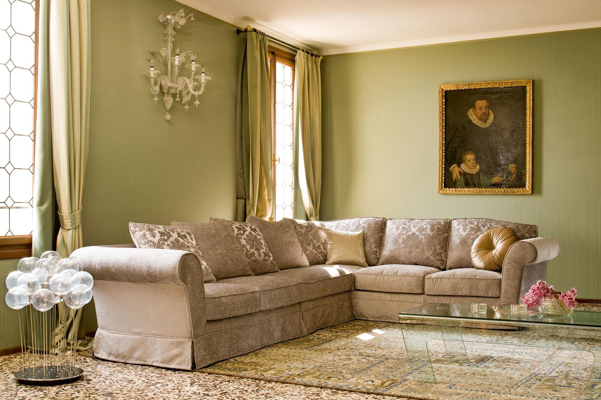 Угловой диван в классическом стиле